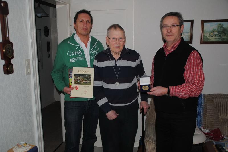 Bernd Heimann (Kassenwart) und Wilfried Luks (1.Vorsitzender) zeichnen Ehrenmitglied Karl Kolle für sein 70-jähriges Jubiläum aus