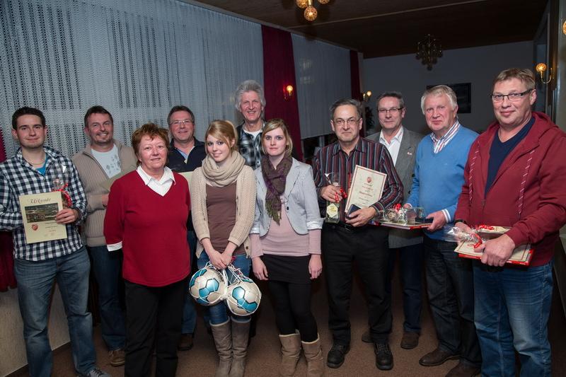 Geehrte unter sich: Roman Probst stellvertretend für seinen Vater Uwe (40 Jahre im Verein), Thomas Amelung (25), Ulrike Picke (Geschäftsführerin), Peter Wunnenberg (40), Lisa Schmidt (stellvertr. Frauenmannschaft), Ingo Fiebig (50), Mona Skandera (stellvertr. Frauenmannschaft), Horst Armbrecht (40 Jahre Schiedsrichter), Wilfried Luks (1.Vorsitzender), Erich Jördens (60) und Kalle Baehre (Erfolge Silvestercup)