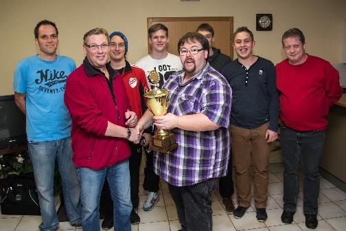 Ingo Altmann (Spielausschussvorsitzender SV Freden) gratuliert der siegreichen Mannschaft und überreicht Mannschaftsführer Kalle Bähre die hart erkämpfte Trophäe